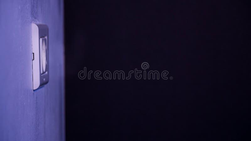 Europeiskt elektriskt uttag på en vägg i mörk atmosfär royaltyfri foto