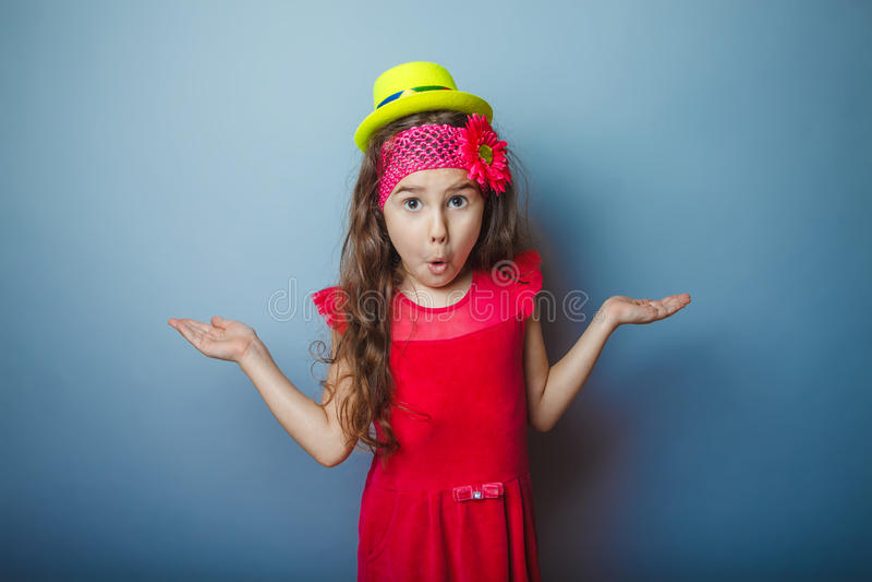 Europeiskt utseendemässigt haired barn för flicka av sju fotografering för bildbyråer