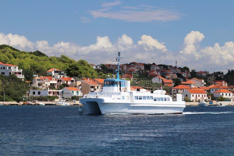 europejczycy Śródziemnomorski teren adriatic morza Chorwacja Dalmatyński seascape Catamaran unosi się przeciw tłu nadmorski zdjęcie royalty free