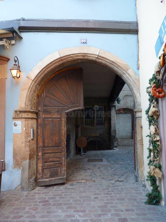 Europejczyka kamienia Łukowata brama z Drzwiową i Ceglaną ścieżką obrazy royalty free