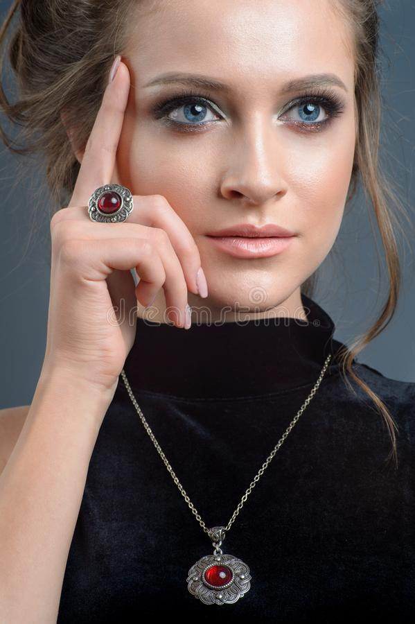 Europejczyka stylu wzorcowy jest ubranym luksusowy akcesorium od srebra isola obrazy stock