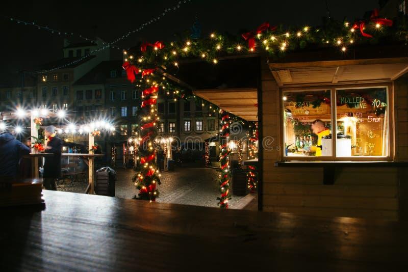 Europejscy boże narodzenia wprowadzać na rynek przy nocą, jedzenie kram zdjęcia royalty free