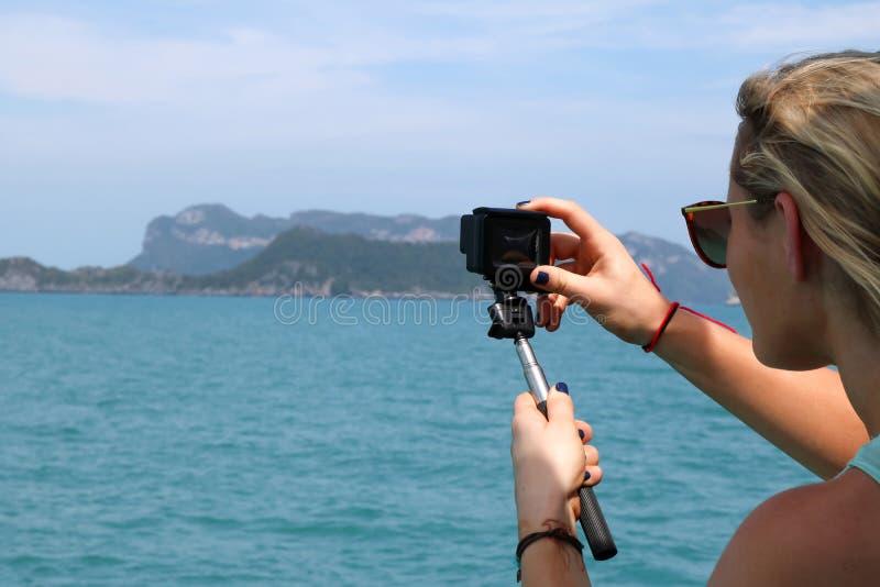 Europejscy dziewczyna turyści cieszą się GoPro kamerę i widok jest zdjęcie stock