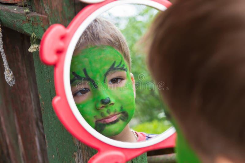 Europejska chłopiec z malującą twarzą zdjęcia royalty free