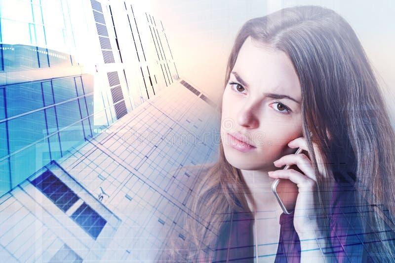 Europejska kobieta na telefonie zdjęcia royalty free
