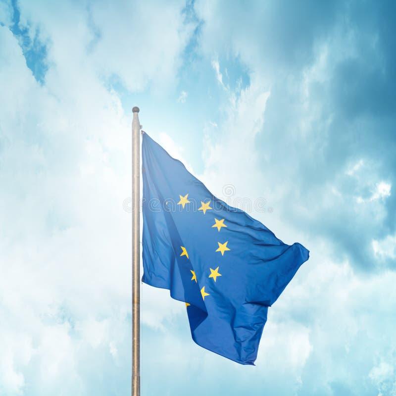 Europejska Zrzeszeniowa flaga na flagpole obrazy royalty free