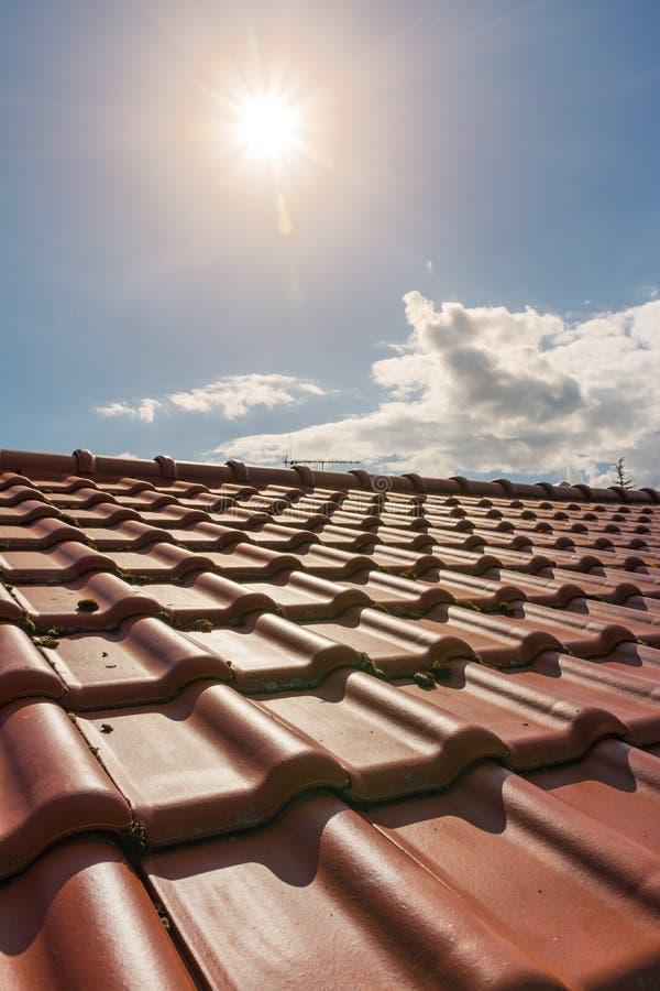 Europejski Brandnew Pomarańczowy Gliniany Dachowych płytek światło słoneczne Na zewnątrz Dayti obrazy stock