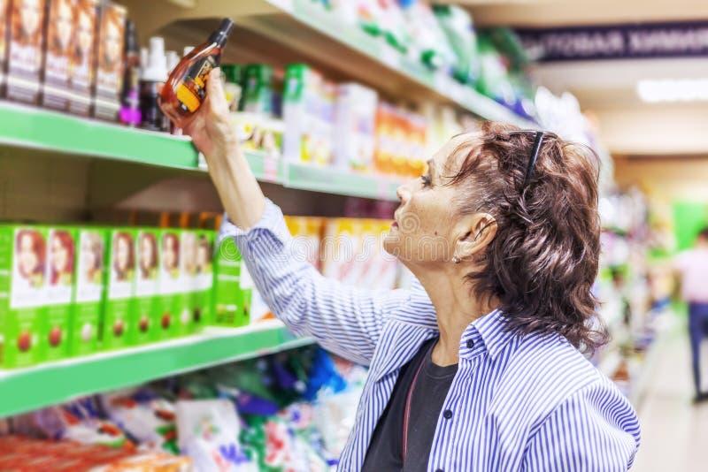 Europejski kobieta klienta kupienia detergentów domowych urządzeń cosmet zdjęcie royalty free