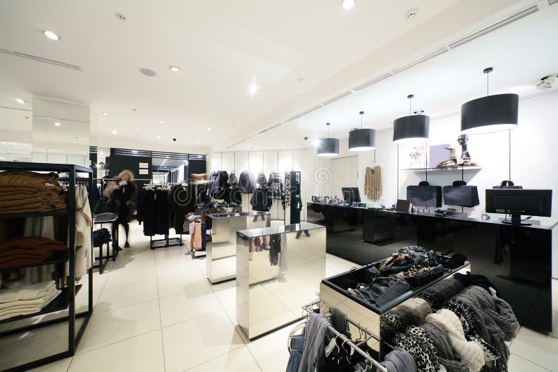 Europejski sklep odzieżowy z ogromną kolekcją zdjęcia stock
