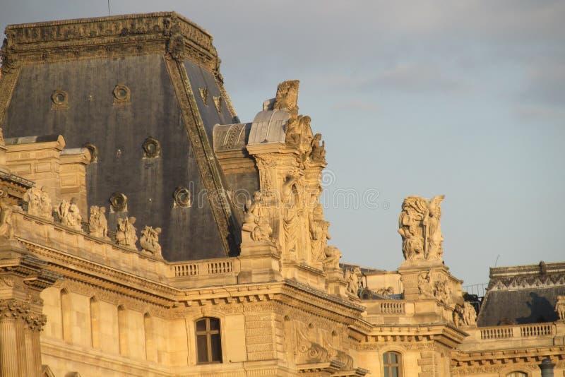 Europejskie architektur statuy na budynku w Paryż fotografia royalty free