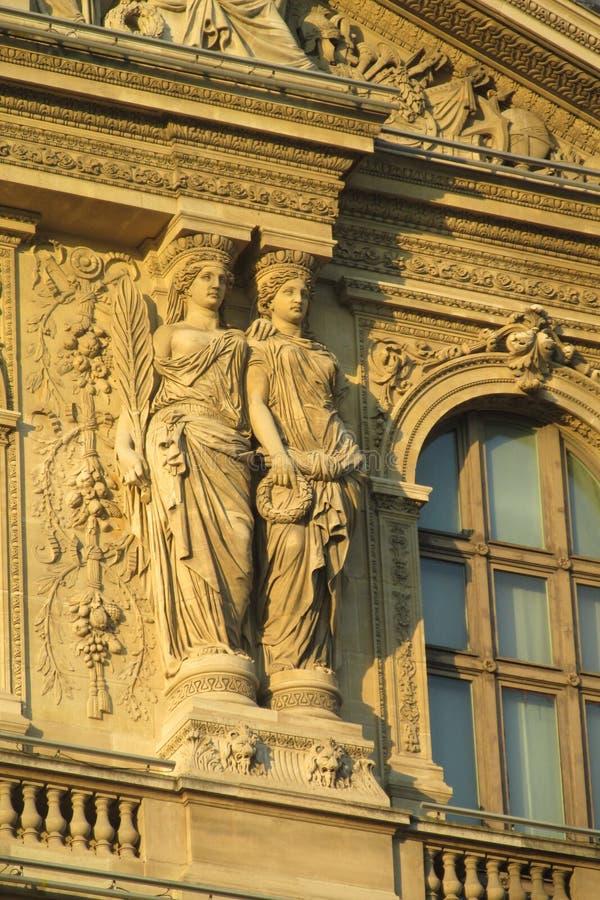 Europejskie architektur statuy na budynku w Paryż obrazy royalty free