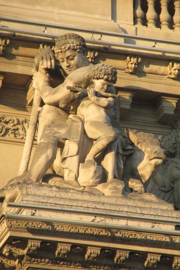 Europejskie architektur statuy na budynku w Paryż obrazy stock