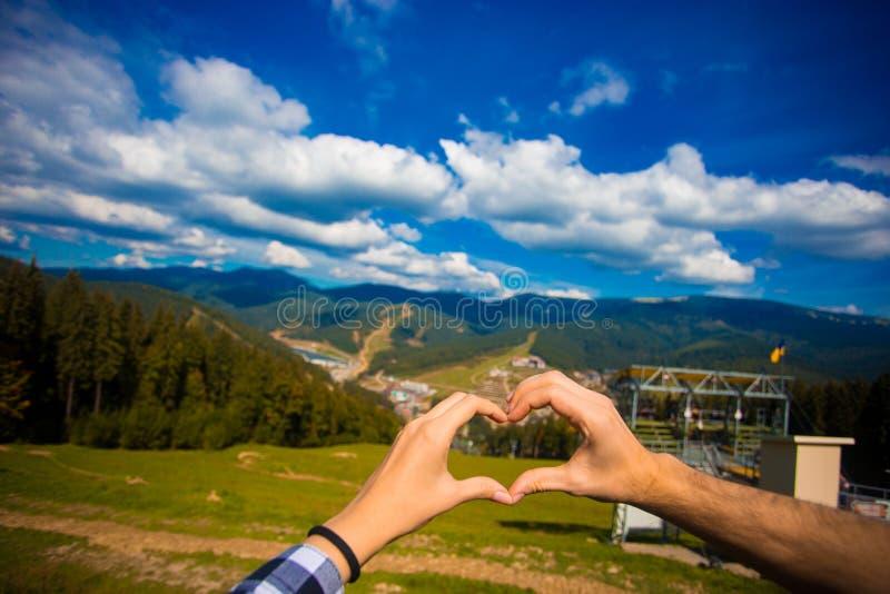 Europen-Liebhaber-Paarfrau und Mannreisenatur Hand Herz-förmig Mit Natur auf Berg lizenzfreies stockbild