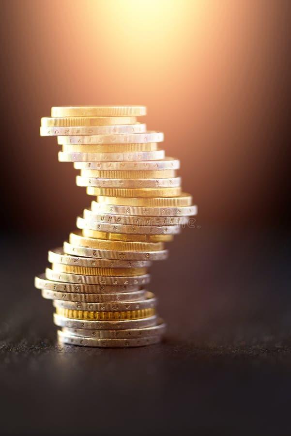 Europengar, valuta Framgång, rikedom och armod, poornessbegrepp Euromyntbunt på bakgrund för mörk svart med kopian royaltyfri bild