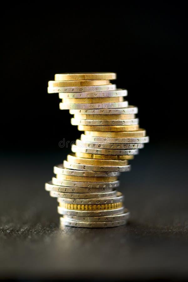 Europengar, valuta Framgång, rikedom och armod, poornessbegrepp Euromyntbunt på bakgrund för mörk svart med kopian royaltyfri fotografi