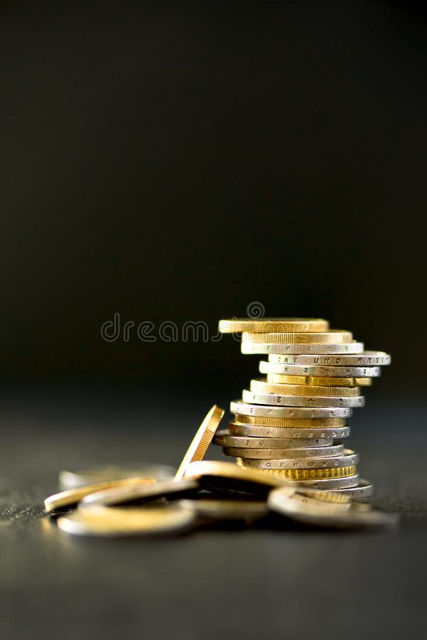 Europengar, valuta Framgång, rikedom och armod, poornessbegrepp Euromyntbunt på bakgrund för mörk svart med kopian arkivbild