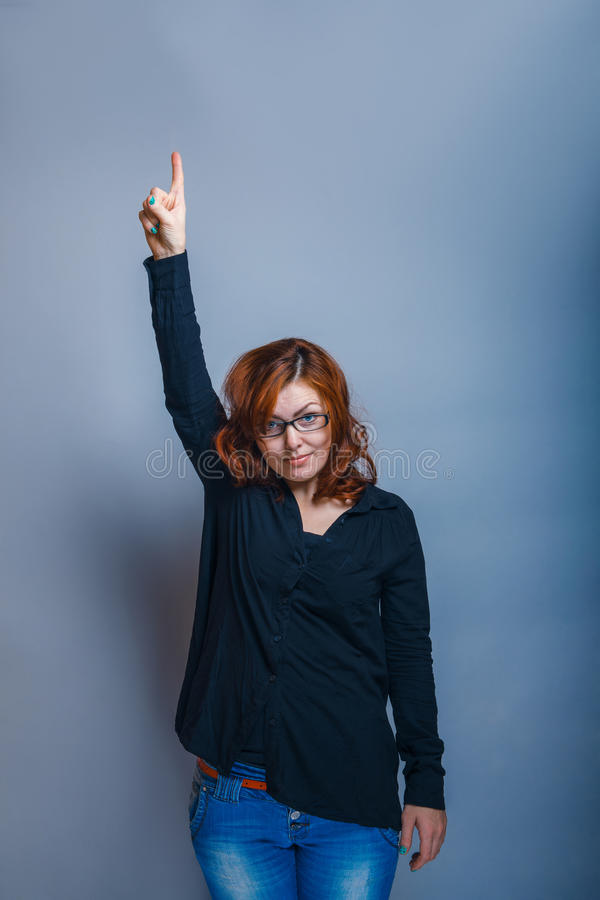 Europeo - la mirada de la mujer de 30 años es el señalar imagenes de archivo