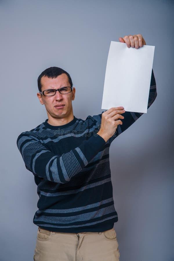 Europeo-mirada del hombre de 30 años que llevan a cabo un espacio en blanco fotografía de archivo