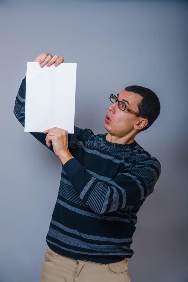 Europeo-mirada del hombre de 30 años que llevan a cabo un espacio en blanco fotos de archivo libres de regalías