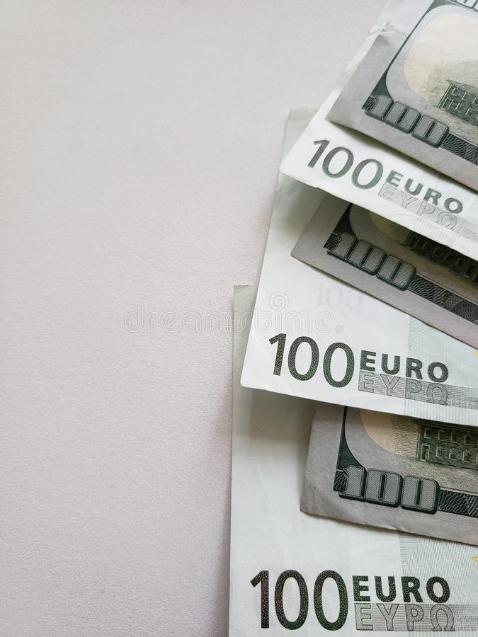 Europese bankbiljetten van 100 euro en Amerikaanse 100 dollar rekeningen op witte achtergrond royalty-vrije stock foto's
