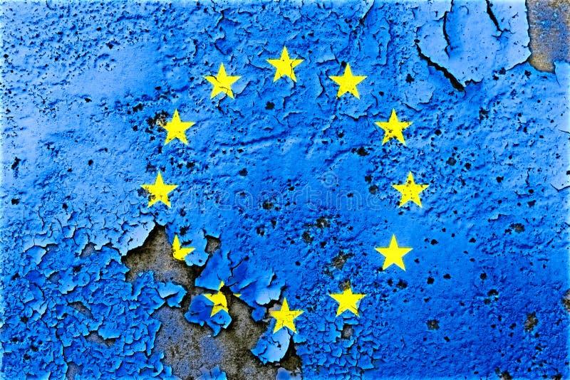 Europese die Unie de vlag van de EU op gebarsten muur met het concept van de schilverf voor de politieke crisis van de EU wordt g stock foto