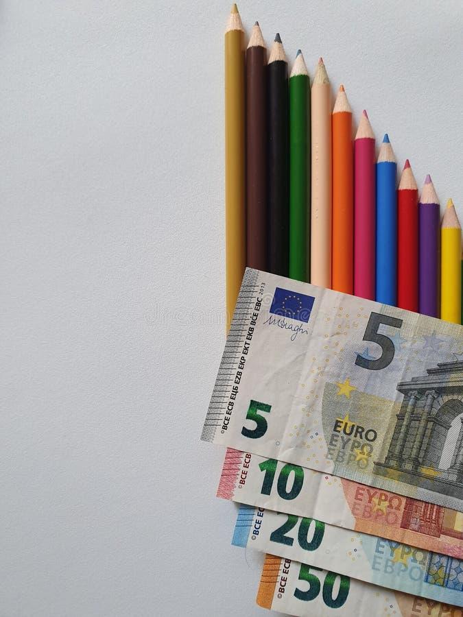 Europese geld en kleurenpotloden op de witte achtergrond royalty-vrije stock foto