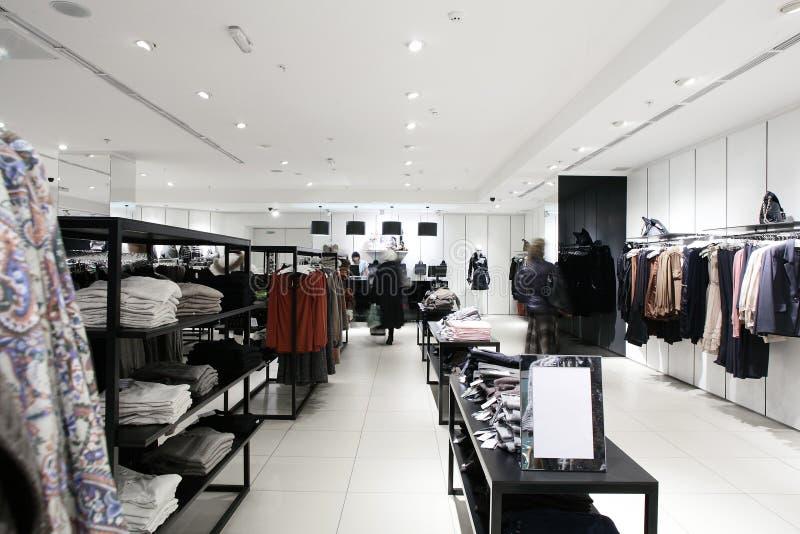Europese gloednieuwe klerenwinkel stock fotografie
