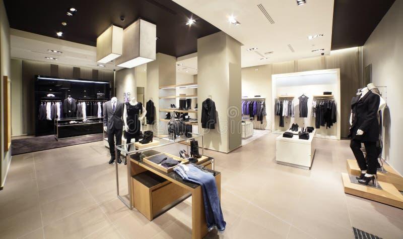 Europese gloednieuwe klerenwinkel stock afbeeldingen