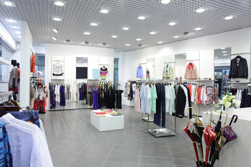 Europese gloednieuwe klerenwinkel stock afbeelding