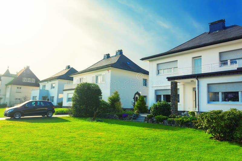 Europese huizen in de voorsteden royalty-vrije stock afbeeldingen
