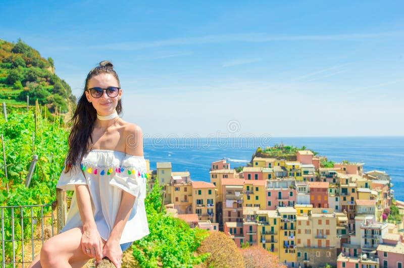 Europese Italiaanse vakantie Jong vrouwen oud dorp Manarola, Cinque Terre, Ligurië, Italië stock afbeelding