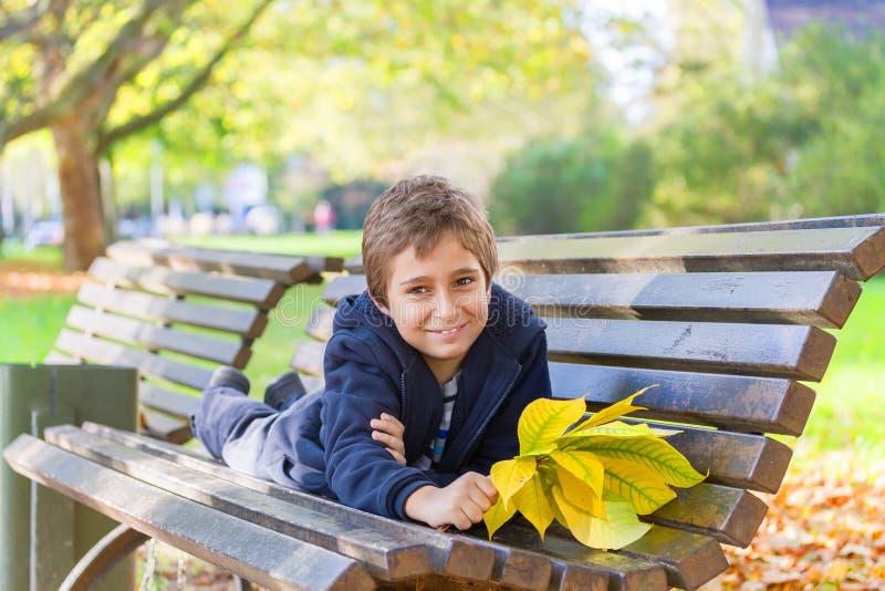 Europese jongen in een park stock foto