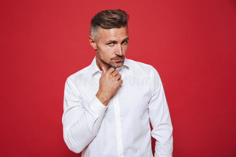 Europese kerel met stoppelveld in wit overhemd die geïsoleerd, opzij eruit zien royalty-vrije stock afbeeldingen