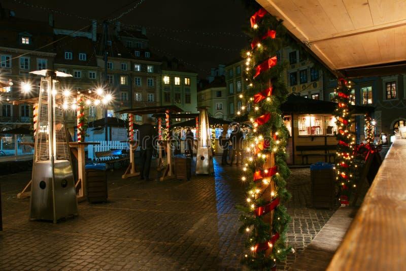 Europese Kerstmismarkt, voedselbox bij nacht stock fotografie