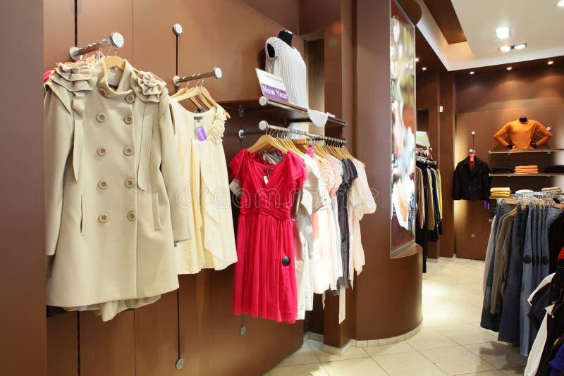 Europese kledingsopslag met reusachtige inzameling royalty-vrije stock afbeeldingen