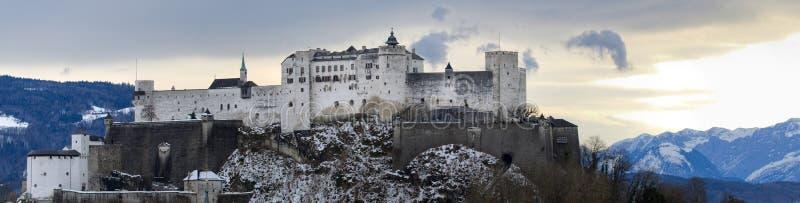 Europese oude stad dichtbij de berg bij de winter stock fotografie