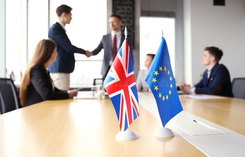 Europese Unie en van het Verenigd Koninkrijk leiders die handen op een overeenkomstenovereenkomst schudden Brexit stock afbeeldingen