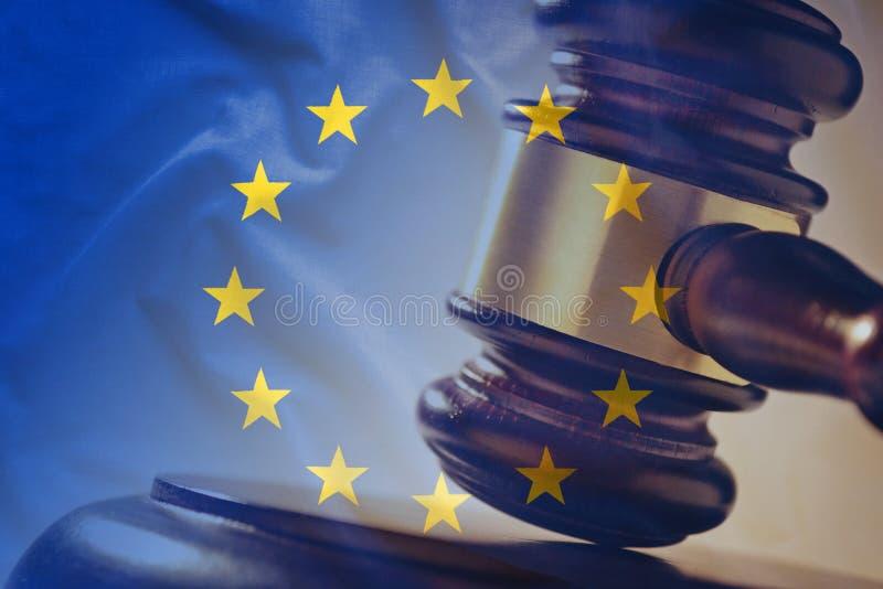Europese Unie vlag met houten hamer in close-up stock fotografie