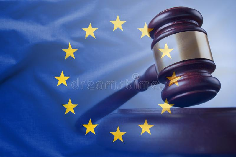 Europese Unie vlag met houten hamer in close-up royalty-vrije stock afbeeldingen