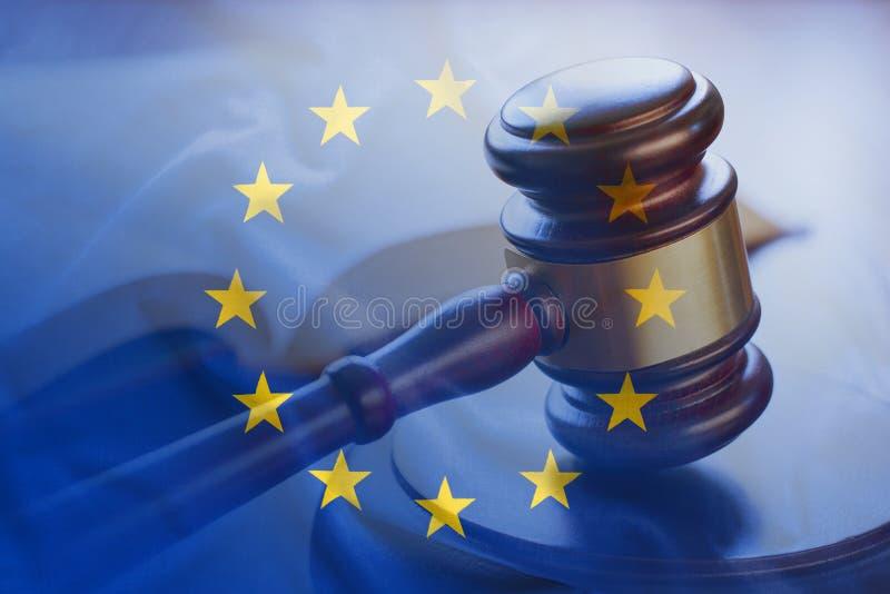 Europese Unie vlag met houten hamer in close-up royalty-vrije stock fotografie