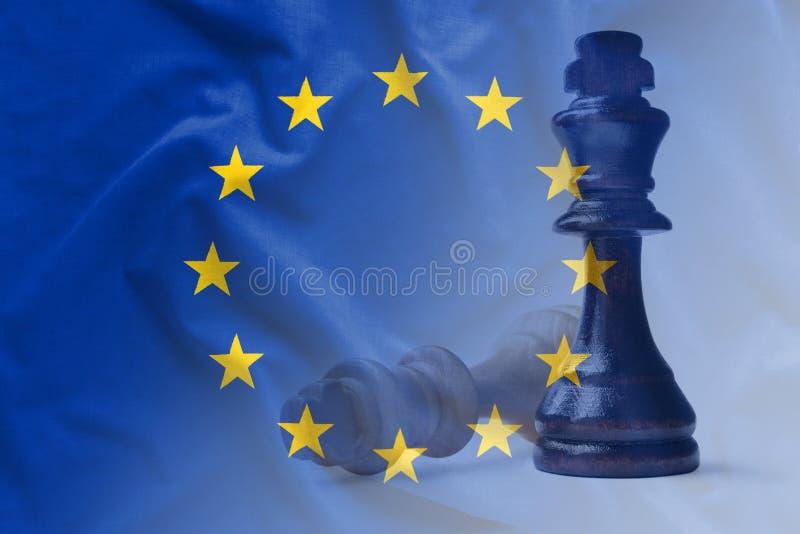 Europese Unie vlag met twee schaakstukken stock afbeelding