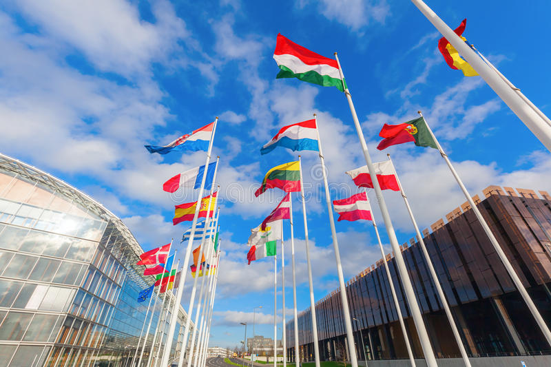 Europese vlaggen op het Plateau van Kirchberg in de Stad van Luxemburg royalty-vrije stock afbeeldingen