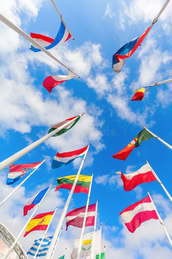 Europese vlaggen op het Plateau van Kirchberg in de Stad van Luxemburg royalty-vrije stock afbeelding