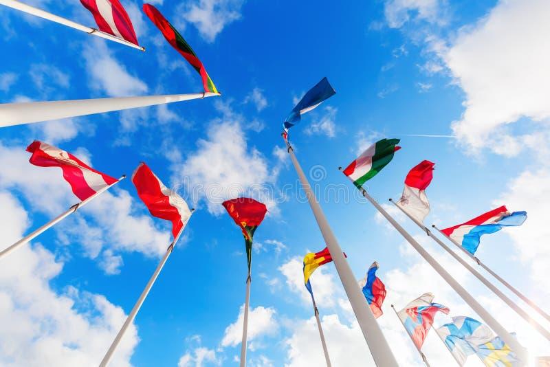 Europese vlaggen op het Plateau van Kirchberg in de Stad van Luxemburg stock fotografie