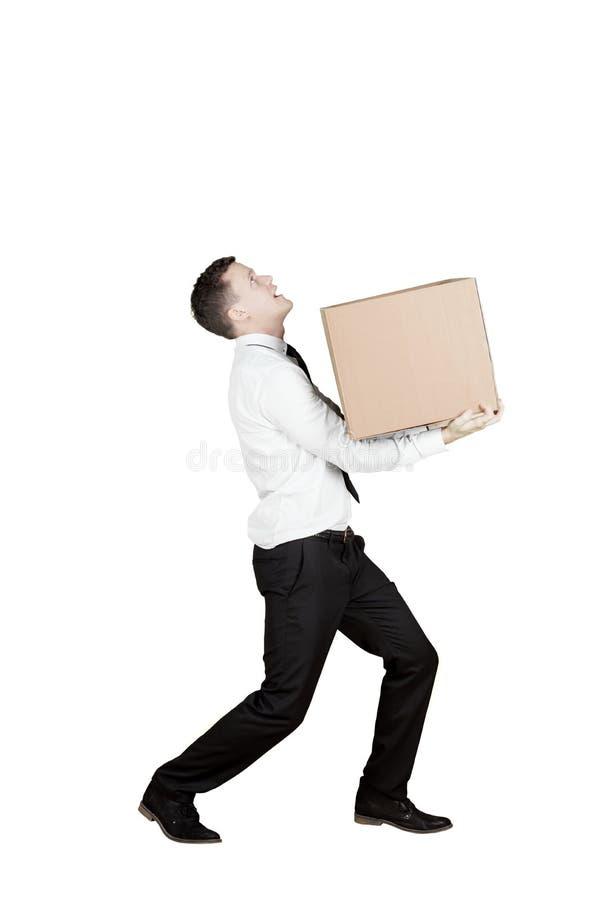 Europese zakenman die een doos op studio dragen stock foto