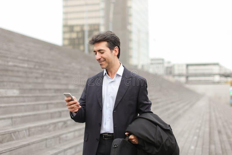 Europese zakenman die en telefonisch lopen spreken royalty-vrije stock foto's