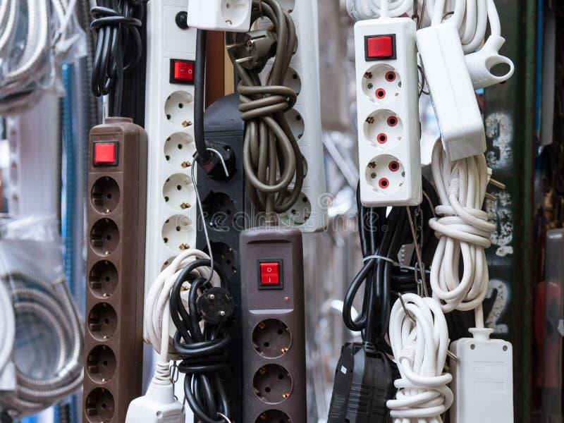 Europeu continental tiras de um poder de 220 volts e multi adaptadores do soquete para a venda em um mercado local sérvio imagem de stock