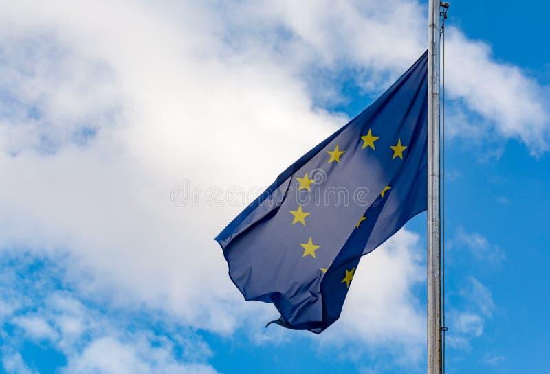 Europiean union och Brexit, blå flagga för EU med gula stjärnor på bl royaltyfri fotografi