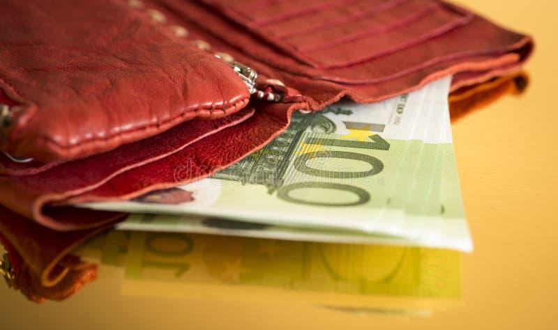 100 euroräkningar arkivfoto