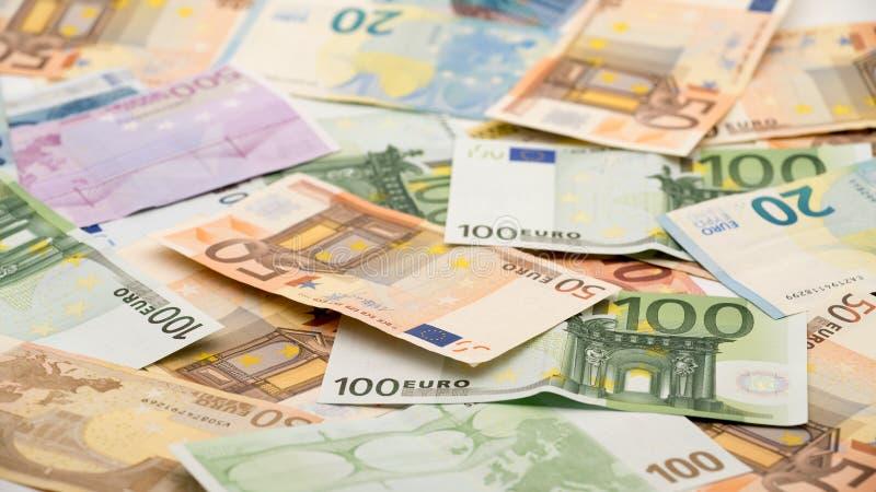 Euroräkningar av olika värden Eurokassapengar arkivfoto